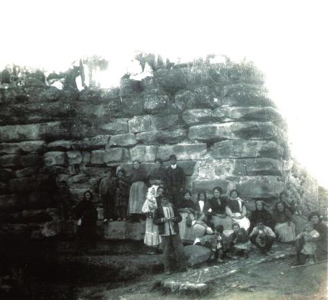 Lienzo parcial de una antiquísima muralla o pared de aparejo de sillería ciclópea de alguna gran edificación prerromana. Ibros, Jaén.