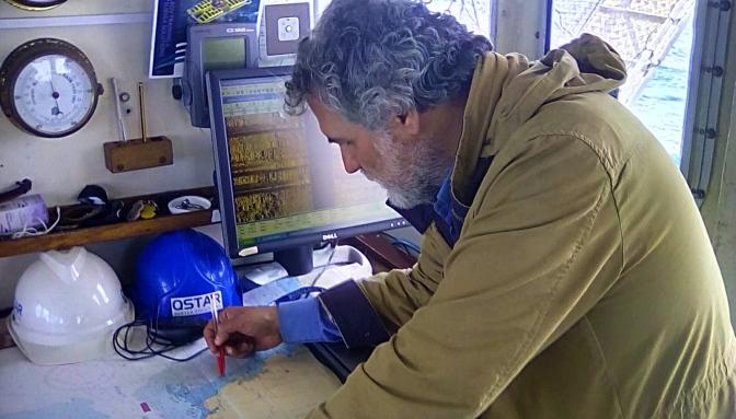 Foto: Trabajando con las cartas náuticas en la mesa de trabajo del puente de gobierno.del barco científico, Atlantic Explorer, de la empresa QSTAR Subsea Solutions, venido desde las Canarias.